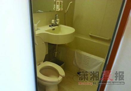 6月22日,沈阳中星酒店,69岁的赵永红老人倒在洗手间的浴缸内。家属质疑洗手间太小,可能是洗澡时缺氧窒息死亡。图/受访者提供