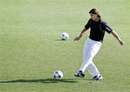 纳达尔抽空踢足球