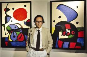 米罗的孙子胡安•旁耶•米罗在展览现场解说家族藏的《夜光下的人物》