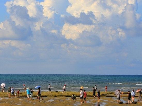 蓝天、沙滩、海水,这简直是一幅油画