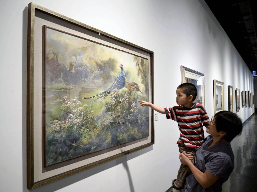 """7月6日,观众在""""2013台中市大墩美展文化交流展""""上欣赏水彩画作品《情深》。"""