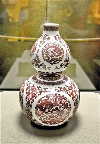 来深展出的釉里红团龙纹葫芦瓶。