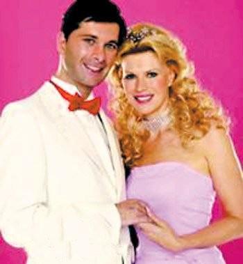 """的芭比和肯是一对恋人,而现实生活中的""""芭比娃娃"""