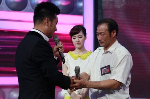 刘和刚为 裸模 父亲 赵长永献歌