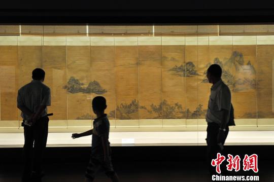 """金陵画派书画展""""18日在山西博物院开展,当日吸引了众多艺术爱好者围观。 韦亮 摄"""