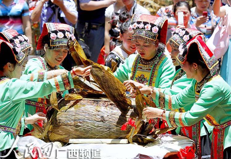 """""""百样百斤百岁""""香粽(廖湘海/摄)"""