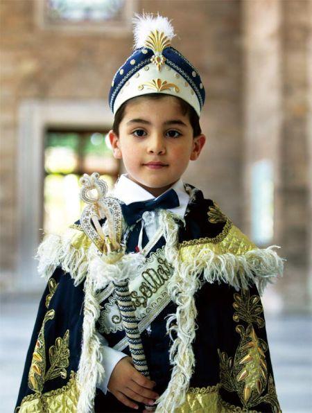 即将参加割礼仪式的小男孩穿上了传统的盛装 摄影/Pascal DelocheGodong