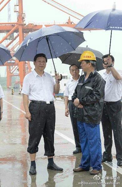 21日上午,习近平来到湖北考察,一下飞机就冒雨来到武汉新港阳逻集装箱港区。