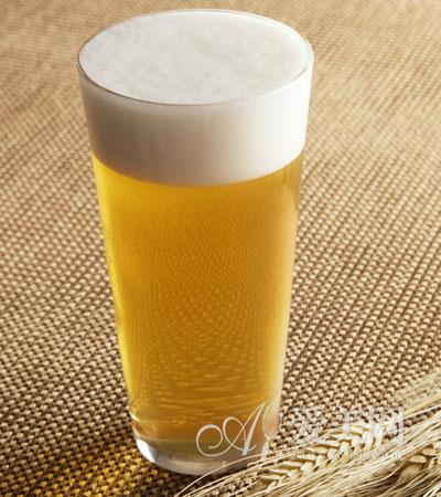 夏日喝啤酒悠着点儿 小心
