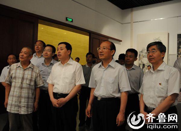 参加开幕仪式的领导参观展出的作品