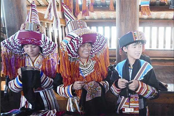 贺州市八步区瑶族服饰市级非遗文化传承人李小莲(中)带领徒弟