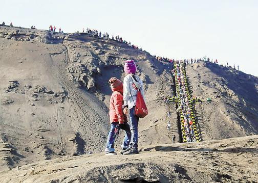 游客排队上火山口