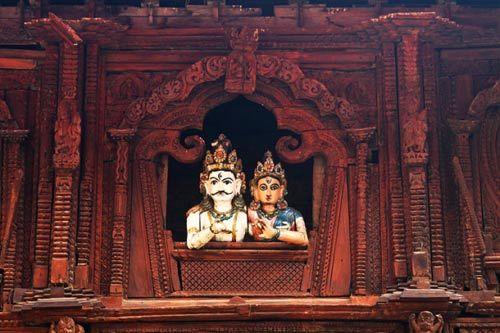 窗口是湿婆和他美丽的妻子帕瓦蒂的木制塑像