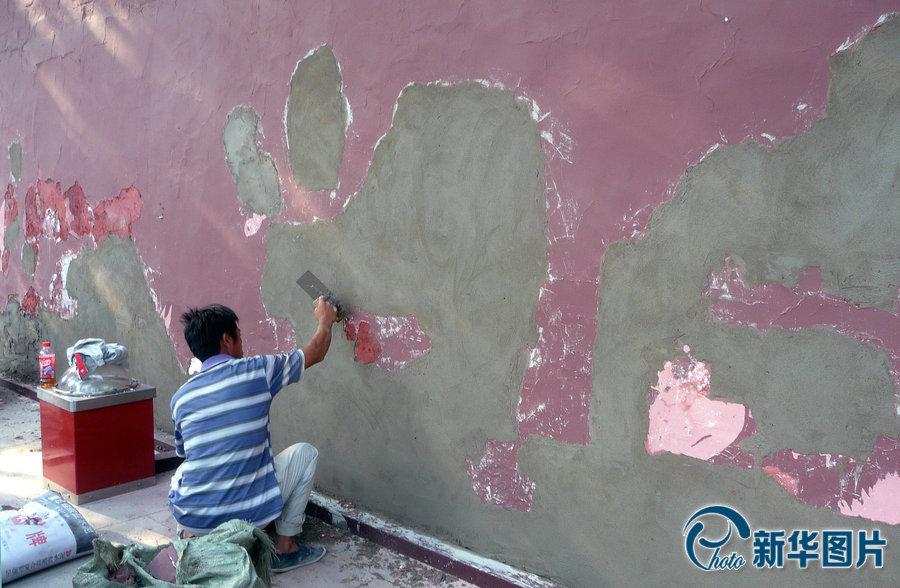 2013年8月21日,北京天安门城楼启动了每年一次的外墙粉刷、修缮工程。图片来源:cfp