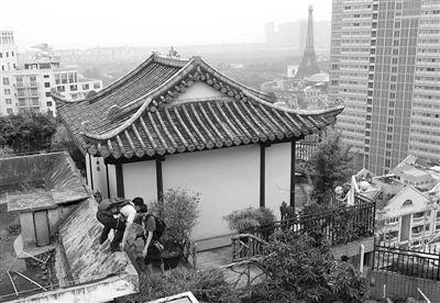 8月22日,随深圳沙河执法队采访的记者进入涉嫌违建的美加广场D、E座屋顶庙宇外围。