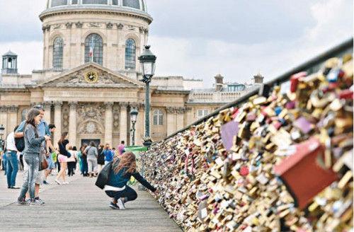 数不尽的爱情锁重达数吨恐压垮法国巴黎桥(图)