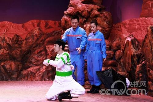 嘉宾黄艺馨在情景剧中卖力搞怪