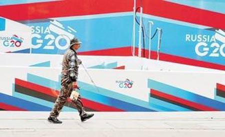 一名行人路过圣彼得堡峰会宣传画
