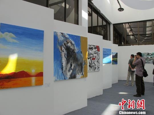 展厅吸引不少参观者欣赏拍照。 杨喆 摄