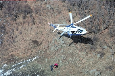 直升机索降救援被困的体力透支人员。警方供图