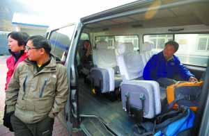 清水镇派出所,获救驴友准备乘车回家。本报记者 杨杰 摄