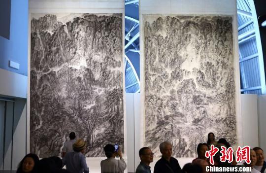 徐龙森的画作多为巨幅山水画,有些画作高达11米,有些画作长达25米 泱波 摄