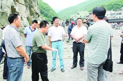 2011年9月,兰辉(右三)在北松路上调研工程建设。资料照片