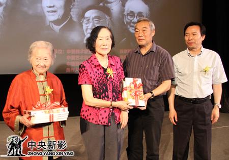 2013年6月,新影集团总编辑、副总裁郭本敏(右)在《百年巨匠》第二部启动仪式上向徐悲鸿夫人廖静文女士,李可染夫人邹佩珠女士赠送系列丛书和光盘。