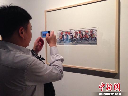 英国水彩画家大卫`帕斯基特作品《杭州福运单车》受追捧。 郭丽丽 摄