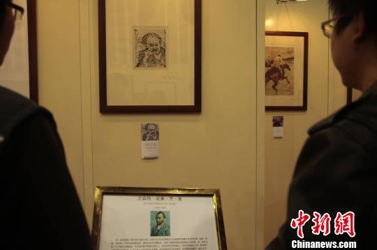 图为画谜观看梵高的真迹版画《加歇医生的肖像》。 连肖 摄