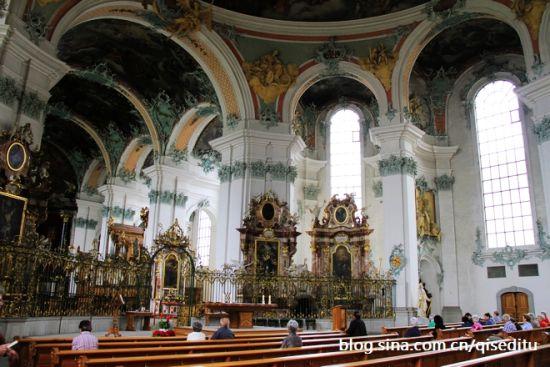 后巴洛克风格的修道院图书馆是一个令人赞叹的地方,所有的人,当走入