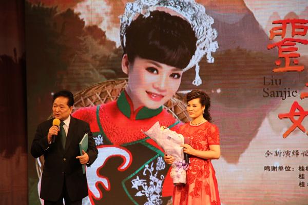 著名表演艺术家瞿弦和(左)为罗宁娜主持专辑首发仪式。  刘桂阳 摄影