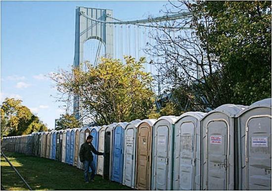 纽约马拉松赛终点静候跑者的临时厕所