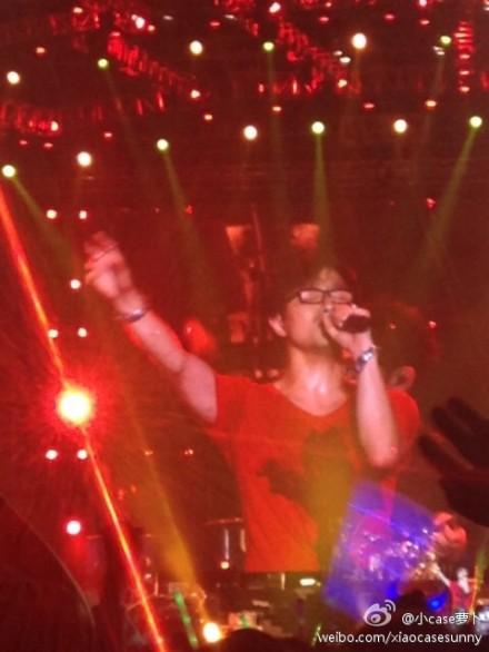 """11月9日晚,汪峰""""存在""""巡演在上海体育场开唱,章子怡意外现身观众席,汪峰近10分钟告白示爱。(图片来自微博)"""