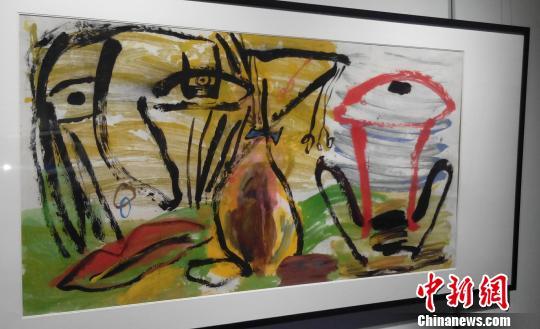 """此次展览中展出张玉文先生最具代表的五十多幅作品,讲述一个年逾花甲的老人的一颗不老""""童心""""。 王燕君 摄"""