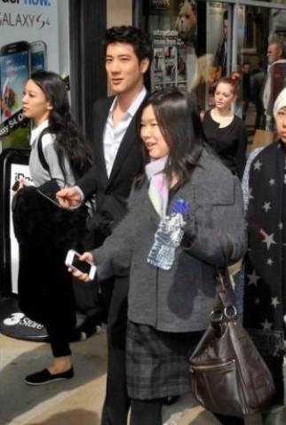 王力宏女友(左)4月已跟着王力宏到英国,被误以为是工作人员。(台媒图)