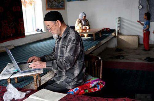 一位东干老人在使用笔记本电脑。(图片来自网络)