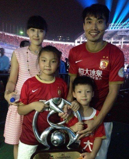 郑智踢球 妻子携一双儿女来为爸比加油