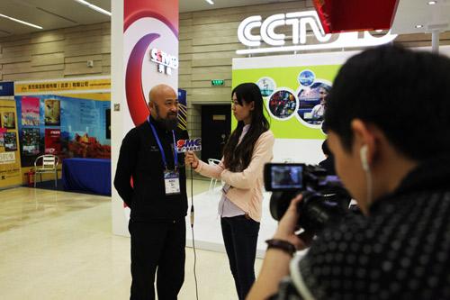 央视科教频道《探索发现》栏目编导寒冰接受南广记者的采访-2013中图片