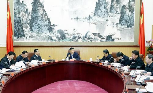 12月15日,中共中央政治局常委、中央党的群众路线教育实践活动领导小组组长刘云山在北京主持召开中央党的群众路线教育实践活动领导小组第六次会议。 记者 鞠鹏 摄