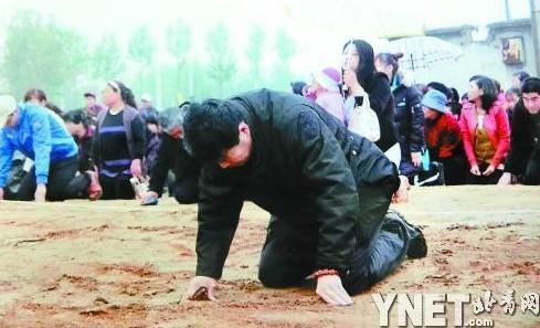"""5月9日,山东潍坊偏凉子村的村支书于茂源带领400多名村名向""""钉子户""""下跪。"""
