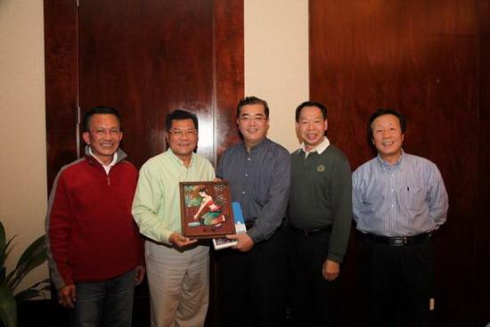 广西壮族自治区旅游局局长陈建军(中)、副局长贾玉成(右一)与考察团成员合影