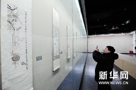 1月9日,参观者在齐白石先生的画作前拍照留念。新华网图片 王松 摄