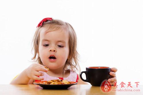 如何控制宝宝吃零食的量