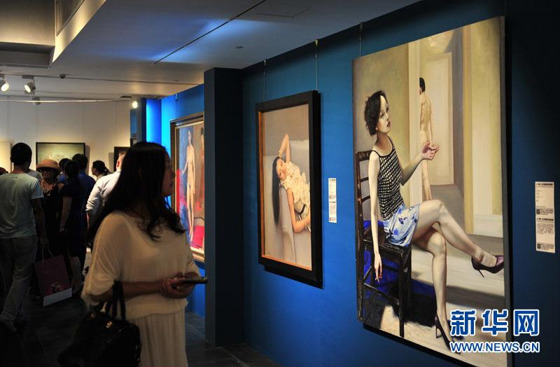 1月10日,观众在展馆内参观。
