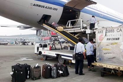 工作人员将托运行李装进飞机