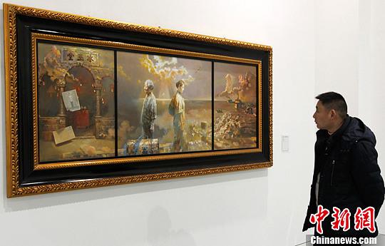 图为重庆美术馆内,市民参观大师画作。周毅 摄