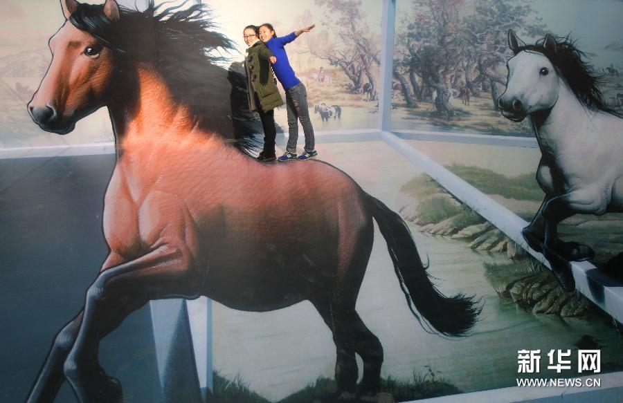 (1)1月28日,参观者在南通·1895文化创意产业园与骏马主题的3D画合影。