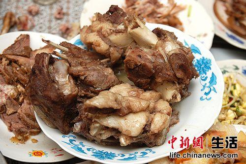 无论蒙古族还是汉族人民,对于羊肉的钟情度是一样的,炖羊肉和手扒肉是每顿饭必备的硬菜。