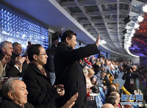 当地时间2月7日晚8时14分,北京时间8日零时14分,第二十二届冬季奥林匹克运动会在俄罗斯索契隆重开幕。国家主席习近平应俄罗斯总统普京邀请出席开幕式。这是习近平向步入会场的中国代表团奥运健儿挥手致意。